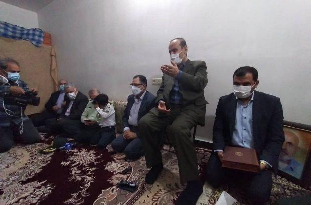 استاندار خوزستان با خانواده داغدار شهید نیروی پلیس راهور دزفول دیدار کرد