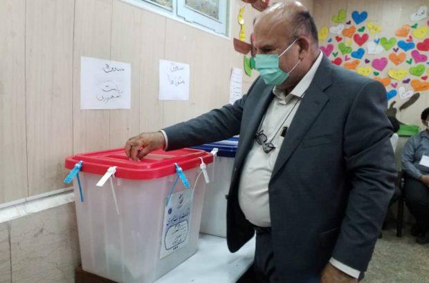 مدیرعامل شرکت توسعه نیشکر رای خود را به صندوق انداخت