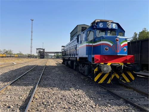 بازسازی و رنگ آمیزی دو دستگاه لکوموتیو شرکت فولاد خوزستان